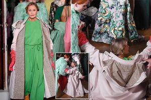 Người mẫu 75 tuổi Lauren Hutton té ngã trong show diễn thời trang ở Paris