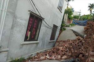 Di dời dân trước nguy cơ tiếp tục sụt lún nhà ở Mỹ Đức do ảnh hưởng của bão