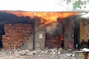 Nghệ An: Lò sấy gỗ cháy lớn sau trận mưa đêm