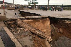 Mưa lớn gây sụt đường thành hố lớn, 2 người chết, 3 người bị thương