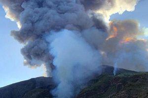 Núi lửa phun trào tung tro bụi khổng lồ trên đảo của Ý, khách du lịch phải nhảy xuống biển