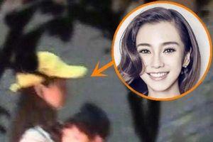 Phủ nhận tin đồn ly hôn nhưng Angelababy lẻ loi dẫn con trai đi chơi mà không có Huỳnh Hiểu Minh