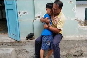 Cha vỡ òa hạnh phúc tìm thấy con trai 8 tuổi mất tích suốt 4 tháng ở Sài Gòn