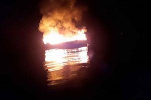 Tàu cá chở 9 ngư dân bất ngờ bốc cháy rồi chìm trên biển