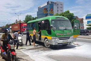 Xe chở 13 hành khách bất ngờ bốc cháy trên quốc lộ