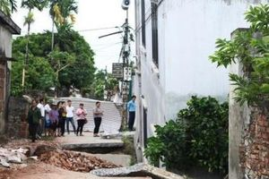 Di dời 3 hộ dân sống sát ngôi nhà bị 'hố tử thần' nuốt chửng ở Hà Nội