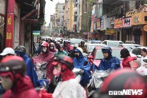 Xe cộ ùn tắc khắp ngả, người dân vất vả mưu sinh dưới trời mưa bão ở Thủ đô