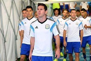 Messi khiến các em nhỏ trong đường hầm phấn khích vì thấy thần tượng