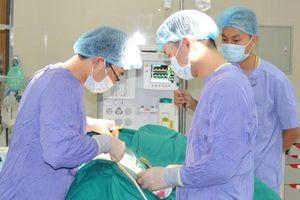 Hơn 100 viên sỏi trong thận nam bệnh nhân