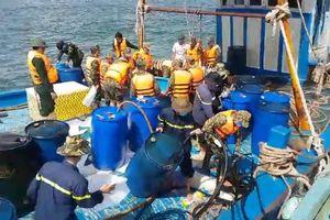Bơm hút xong toàn bộ dầu trên tàu bị nạn tại Cảng Phú Quý