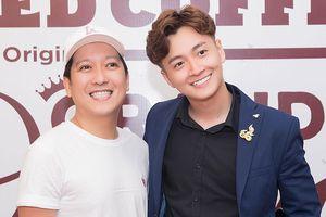 Trường Giang giản dị đến chúc mừng Ngô Kiến Huy lấn sân kinh doanh