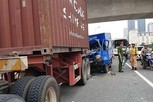 Xe thư báo tông đuôi xe container, một phụ xe tử vong