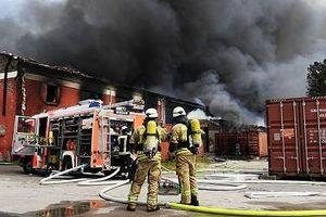 Cận cảnh cháy chợ Đồng Xuân của người Việt ở Đức, khói đen bốc cao ngùn ngụt