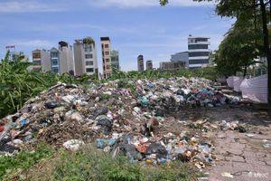 Hà Nội: Kinh hoàng rác thải chất như 'núi' giữa trung tâm thành phố