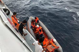 2 ngư dân theo tàu ra khơi tham gia tìm kiếm 9 thuyền viên Nghệ An mất tích