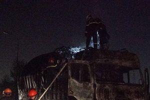 Kinh hãi hiện trường xe tải bất ngờ bốc cháy 'ngùn ngụt', tài xế thoát chết trong gang tấc