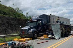 Xe khách đâm xe tải chở gia cầm trên cao tốc Nội Bài - Lào Cai
