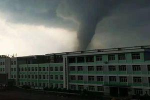 Trung Quốc: Lốc xoáy kinh hoàng xuất hiện khiến gần 200 người thương vong