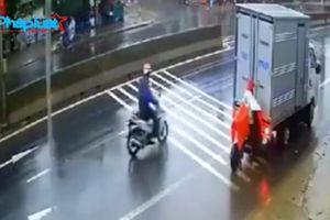Bị ô tô tải lùi trúng, người phụ nữ vẫn thản nhiên ngồi im trên xe