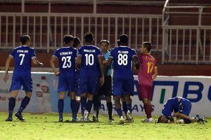 Cầu thủ bỏ bóng đá người thô bạo ở cúp Quốc gia