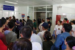 Thanh niên bị tạm giam nhập viện trong tình trạng nguy kịch, người nhà gây náo loạn bệnh viện