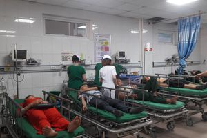 Xe khách chở đoàn du lịch tông đuôi xe container: Chuyển 14 nạn nhân ra Hà Nội điều trị