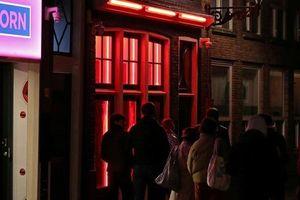 Hà Lan đóng cửa phố đèn đỏ vì du khách chỉ toàn… chụp hình?