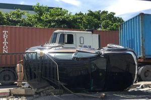 Hà Nội: Bị container đâm lật ngang, 2 mẹ con nữ tài xế may mắn thoát nạn