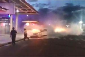 Ô tô cháy ngay khi chủ phương tiện xuống xe tiễn người nhà vào sân bay