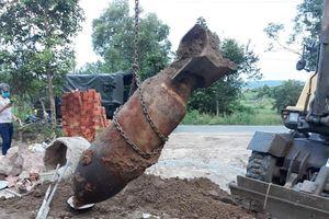 Người điều khiển máy cuốc chạm bom 'khủng' chứa 200 kg thuốc nổ TNT