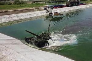 Khóa huấn luyện lái xe tăng dưới nước của lính Nga
