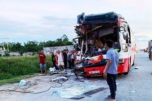 Xe du lịch tông xe container, nhiều người thương vong
