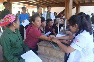 Khám bệnh, cấp phát thuốc và tặng quà cho 300 người dân vùng biên giới Anh Sơn