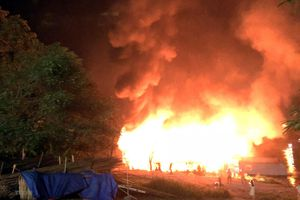 Tuyên Quang: Một nhà hàng nổi trên sông Lô bị lửa thiêu rụi