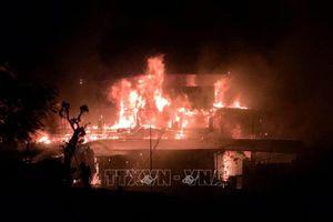 Một nhà hàng nổi trên sông Lô bị lửa thiêu rụi