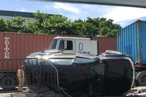 Ô tô lật nghiêng sau va chạm với container, nữ tài xế cùng con nhỏ may mắn thoát chết