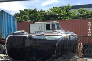 Nữ tài xế Fortuner cùng con nhỏ thoát chết khi xe lật sau va chạm container