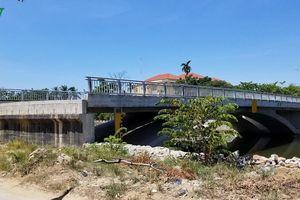 Cây cầu 32 tỷ đồng xây xong bỏ phí vì... chưa có đường dẫn lên cầu