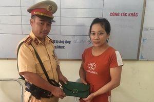Vui mừng được Cảnh sát giao thông mời nhận lại tài sản bị đánh rơi