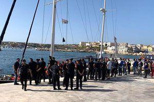 Bất chấp lệnh cấm, tàu chở người tị nạn vẫn cập cảng Italy