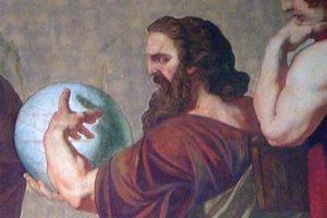 Triết gia nào bị lưu đày vì cho rằng Mặt trăng chỉ là khối đá?