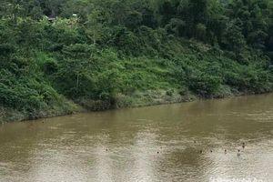 Bé gái 7 tuổi bị dòng nước lớn cuốn trôi khi tắm sông cùng bạn