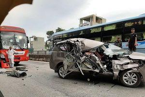 4 ô tô đâm liên hoàn trên QL1A, Innova biến dạng, 2 người bị thương nặng