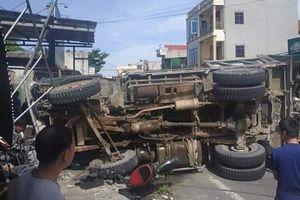 Xe tải bị lật, đè trọng thương cặp vợ chồng trẻ