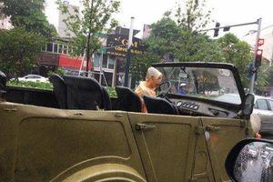 Tài xế 'cưỡi' xe mui trần quên xem dự báo thời tiết và cái kết khiến dân mạng phì cười