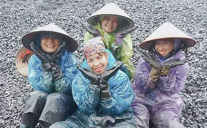 Cái nóng 39 độ và nụ cười của các cô công nhân đất mỏ trong bộ quần áo... mưa
