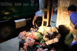 Công nhân gấp rút thu gom rác thải ùn ứ chuyển đi xử lý