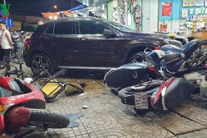 Ô tô 'điên' đâm thẳng vào cửa hàng ở TP HCM, 6 người bị thương