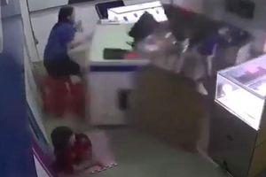 Ngồi chơi trong nhà, bé gái Trung Quốc bị xe lao vào đâm tử vong