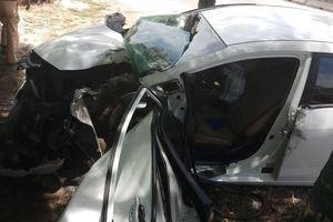 Ô tô đâm vào cây ven quốc lộ 1A, 3 người bị thương nặng